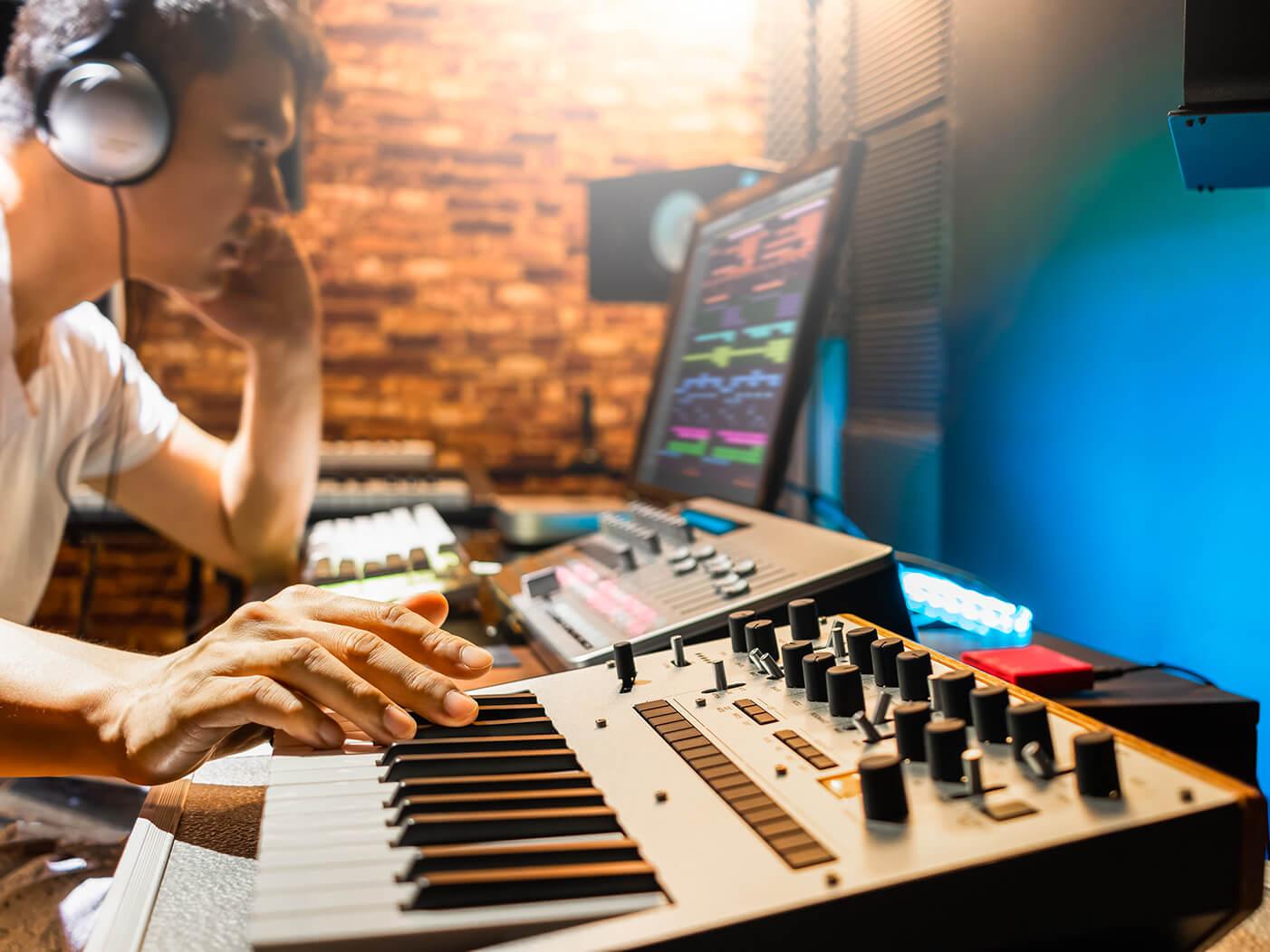 analogue synthesizer player
