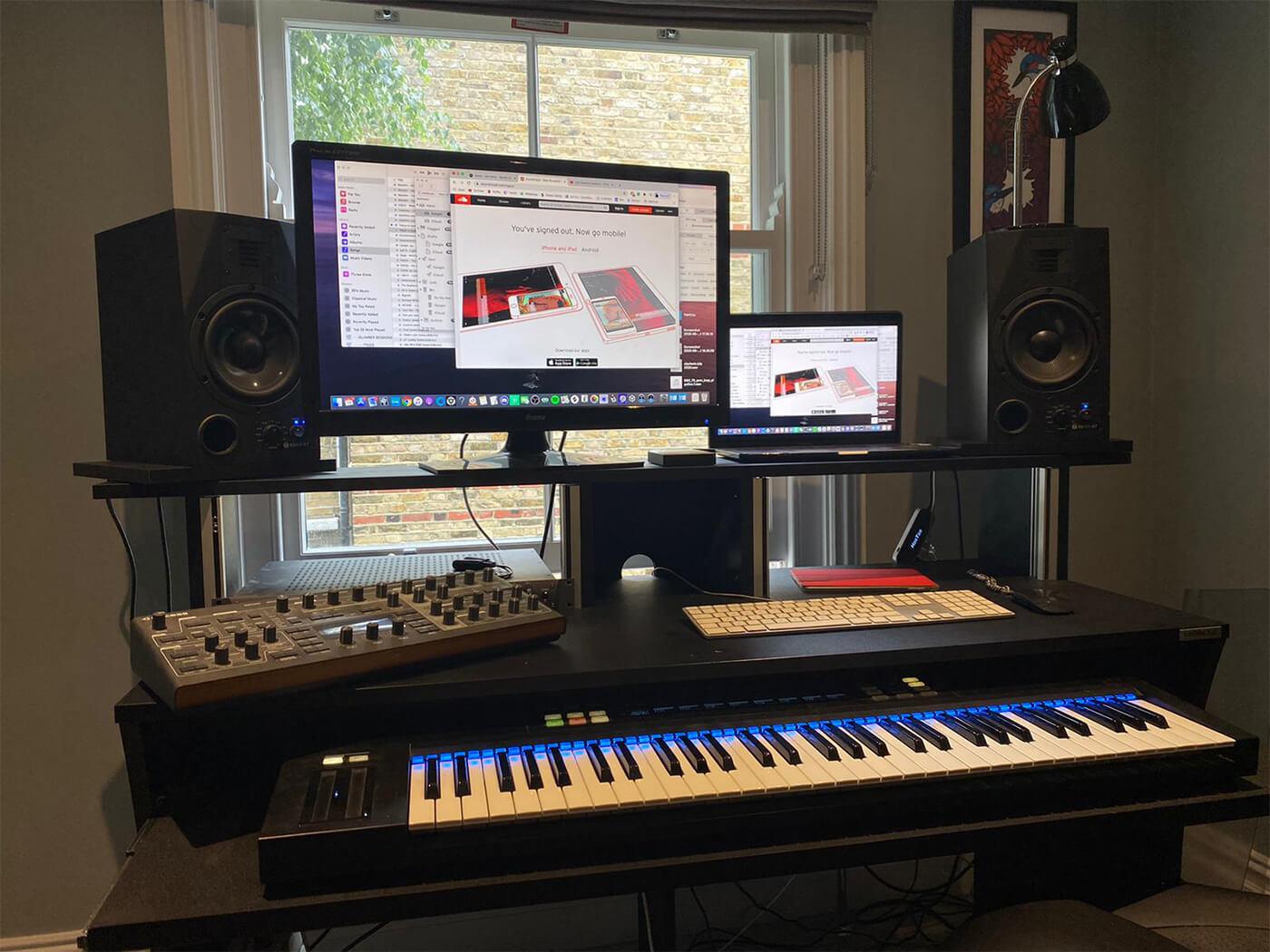 Joe Hertz desktop setup