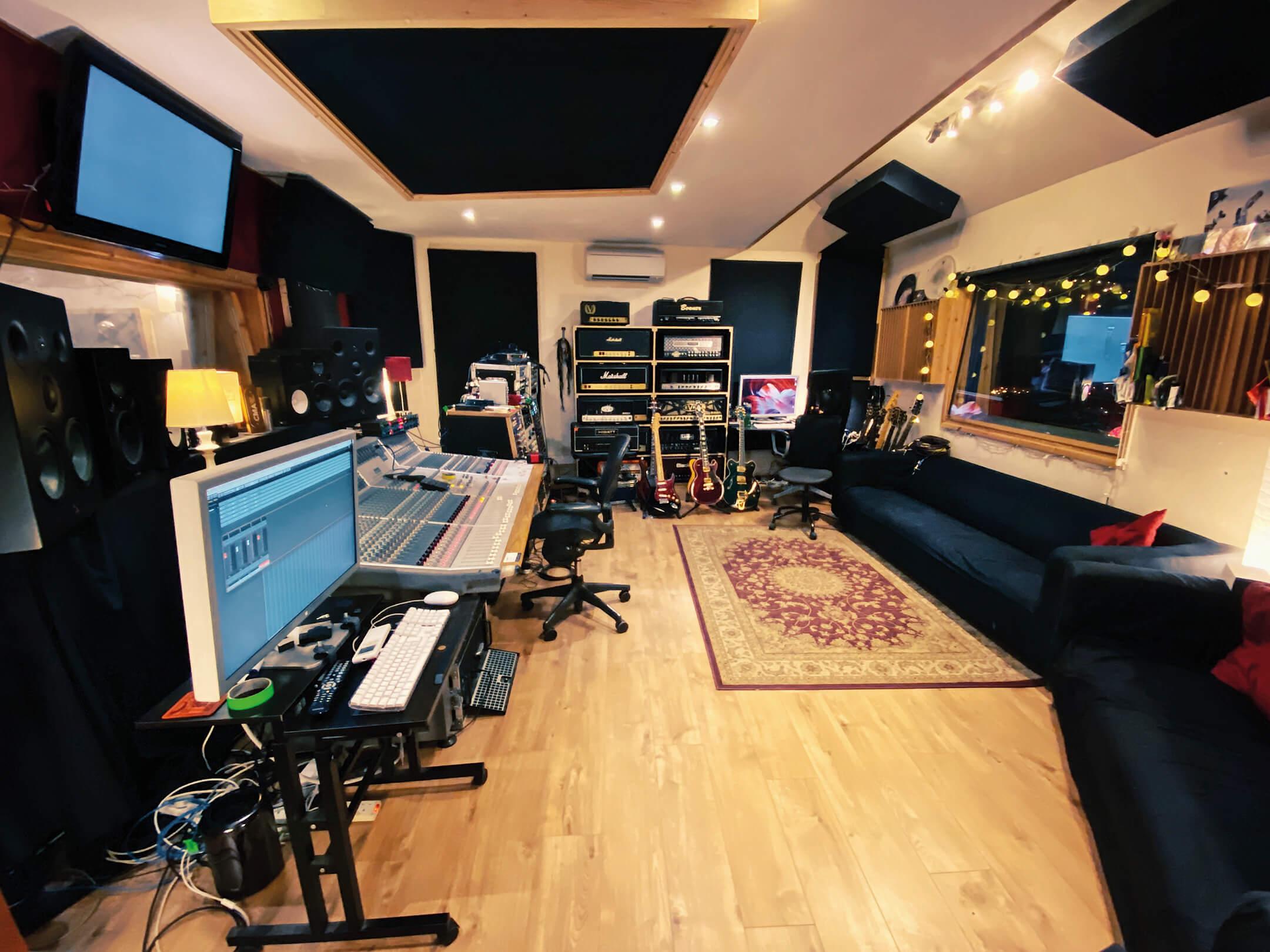 Romesh Dodangoda Longwave Main Room