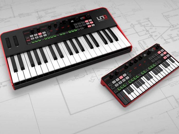 Escritorio y teclado Uno Synth Pro de IK Multimedia